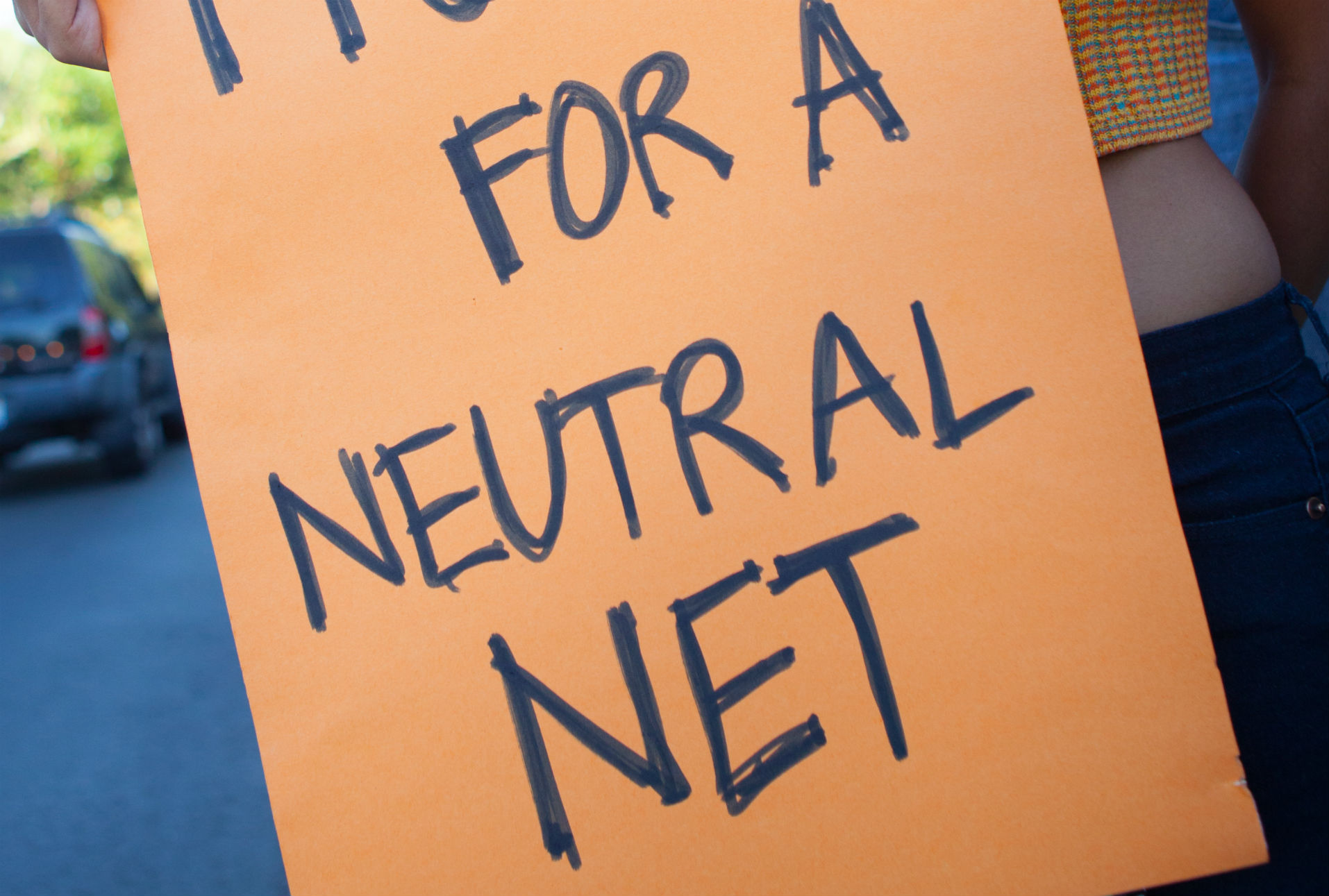 Organización vinculada con AT&T dirige campaña contra iniciativa para proteger neutralidad de red en California